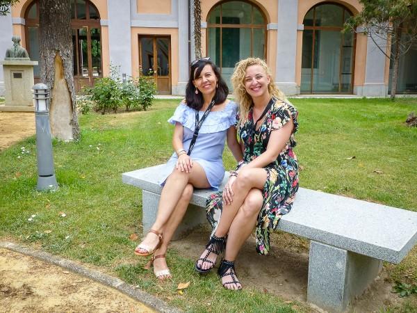 Gloria (izquierda) y Maria Eugenia (derecha) en el campus de Toledo de la UCM